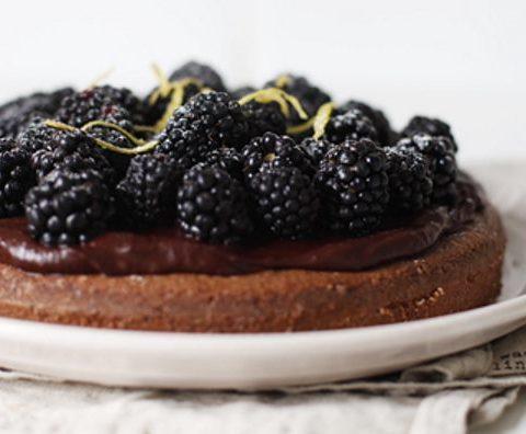 Шоколадный торт с ежевикой