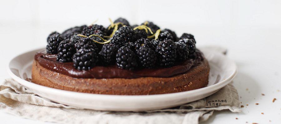 Шоколадный торт с ганашем и ежевикой