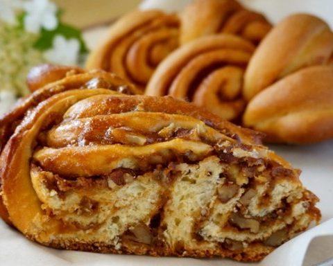 Витой пирог с вареной сгущенкой и орехами