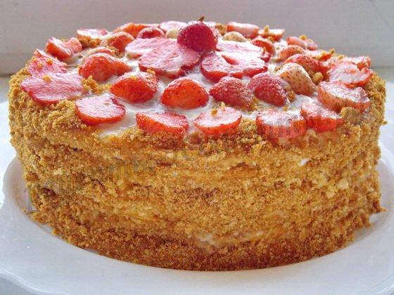 Медовый торт с клубникой и сметанным кремом